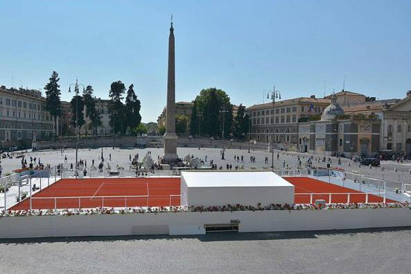 Piazza del Popolo into an open-air tennis court
